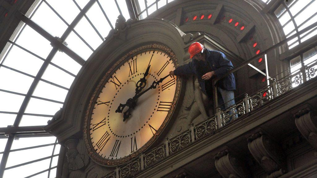 Budapest, 2012. október 26. Terstyanszky Sándor, a MÁV óraközpontjának dolgozója ellenõrzi a Keleti pályaudvar nagyórájának számlapját 2012. október 26-án. Október 28-ra virradó éjjel 3 óráról 2 órára kell visszaállítani az órákat, ezzel kezdõdik a téli idõszámítás, amely 2013. március 31-ig tart. A Frankfurt melletti DCF77 rádióadó pontosidõ-jelét hasznosító óraközpont látja el elektromos impulzusokkal az ország vasúti pályaudvarainak mellékóráit. MTI Fotó: Máthé Zoltán
