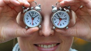 München, 2011. október 27.A világ legkisebb ébresztőóráit gyártó Carlton egyik alkalmazottja minivekkerekkel takarja el szemét a dél-németországi Münchenben 2011. október 27-én, hogy az óraátállítás napjának közeledésére figyelmeztessen. Európa országai a hónap utolsó vasárnapjára, az október 30-ra virradó éjszaka térnek vissza a téli időszámításhoz. (MTI/EPA/Andreas Gebert)