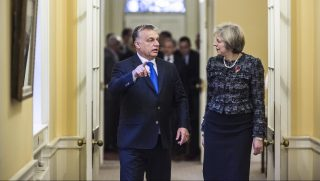 London, 2016. november 9. A Miniszterelnöki Sajtóiroda által közreadott képen Theresa May brit kormányfő fogadja Orbán Viktor miniszterelnököt a londoni kormányfői rezidencián, a Downing Street 10.-ben 2016. november 9-én. Orbán Viktor egynapos munkalátogatásra érkezett a brit fővárosba. MTI Fotó: Miniszterelnöki Sajtóiroda / Szecsődi Balázs