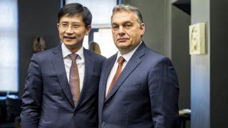 Riga, 2016. november 5. A Miniszterelnöki Sajtóiroda által közreadott képen Orbán Viktor miniszterelnök (j) és Tang Hsziao-ming, a Huawei régiós elnökének találkozója a Kína-Kelet-Közép-Európa csúcstalálkozó elõtt Rigában 2016. november 5-én. MTI Fotó: Miniszterelnöki Sajtóiroda / Szecsõdi Balázs