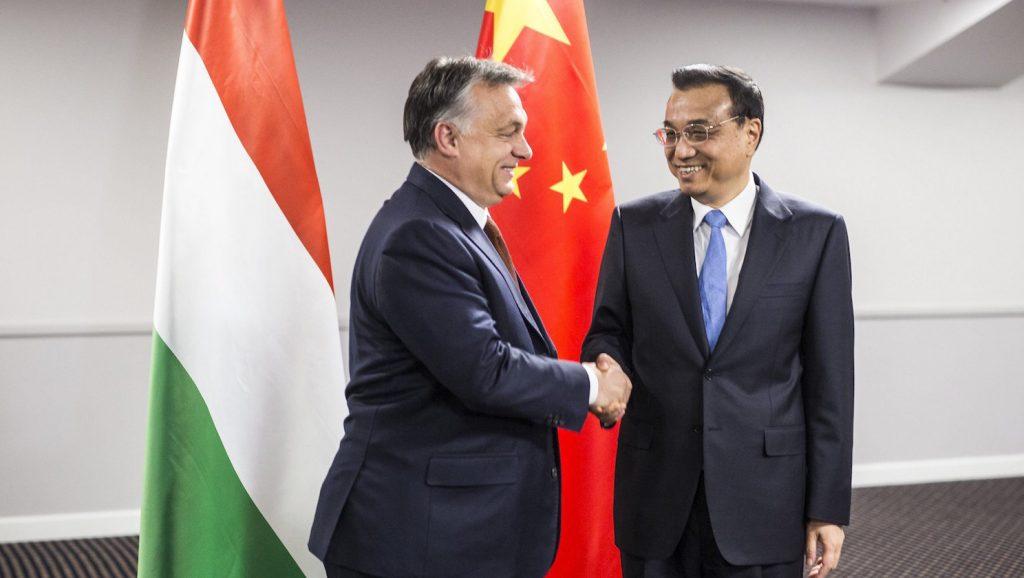 Riga, 2016. november 5. A Miniszterelnöki Sajtóiroda által közreadott képen Orbán Viktor miniszterelnök (b) és Li Ko-csiang kínai kormányfő találkozója a Kína-Kelet-Közép-Európa csúcstalálkozó előtt Rigában 2016. november 5-én. MTI Fotó: Miniszterelnöki Sajtóiroda / Szecsődi Balázs