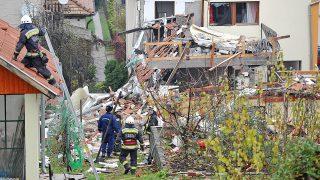 Kismaros, 2016. november 6. Tûzoltók épülettörmelékek között egy kismarosi családi háznál, ahol egy mûhelyként használt melléképületnél feltehetõleg gázpalackból kiáramló gáz miatt robbanás történt 2016. november 6-án. A robbanás következtében egy ember életveszélyes égési sérüléseket szenvedett, a családi ház lakóit pedig a váci hivatásos tûzoltóknak kellett kihozniuk létrás jármû segítségével, mert összeomlott az épület külsõ lépcsõje. MTI Fotó: Mihádák Zoltán