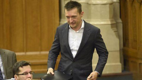 Budapest, 2016. november 8. Rogán Antal, a Miniszterelnöki Kabinetirodát vezetõ miniszter érkezik az alaptörvény hetedik módosításáról szóló szavazás elõtt az Országgyûlés plenáris ülésén 2016. november 8-án. 131 képviselõ szavazott igennel, 3 nemmel, így nem kapta meg a kétharmados támogatást Orbán Viktor miniszterelnök alkotmánymódosítási javaslata, amely kimondta volna, hogy Magyarországra idegen népesség nem telepíthetõ be. MTI Fotó: Kovács Tamás
