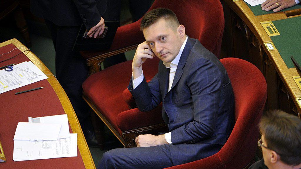 Budapest, 2016. április 12.Rogán Antal, a Miniszterelnöki Kabinetiroda vezetője a vasárnapi boltzár eltörléséről szóló javaslat szavazása előtt az Országgyűlés plenáris ülésén 2016. április 12-én. Az Országgyűlés visszavonta a boltok vasárnapi zárva tartását előíró szabályozást, a javaslatot a képviselők 163 igen szavazattal, 2 nem ellenében és 11 tartózkodás mellett fogadták el.MTI Fotó: Kovács Attila