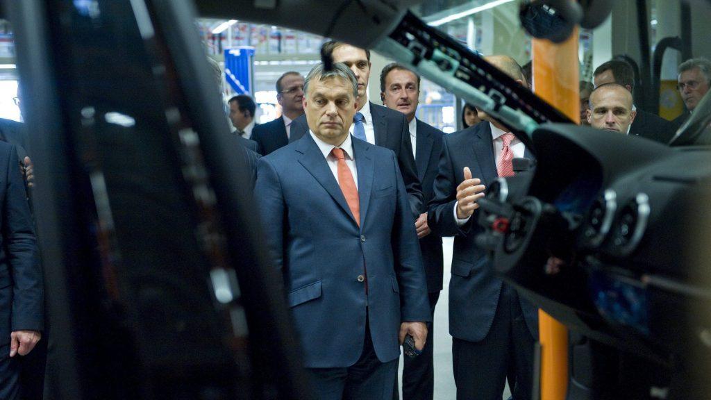 Gyõr, 2013. június 12. Orbán Viktor miniszterelnök (b) az A3 Limousine sorozatgyártásának megkezdése alkalmából tartott gyárlátogatáson az Audi gyõri jármûgyárában 2013. június 12-én. MTI Fotó: Koszticsák Szilárd