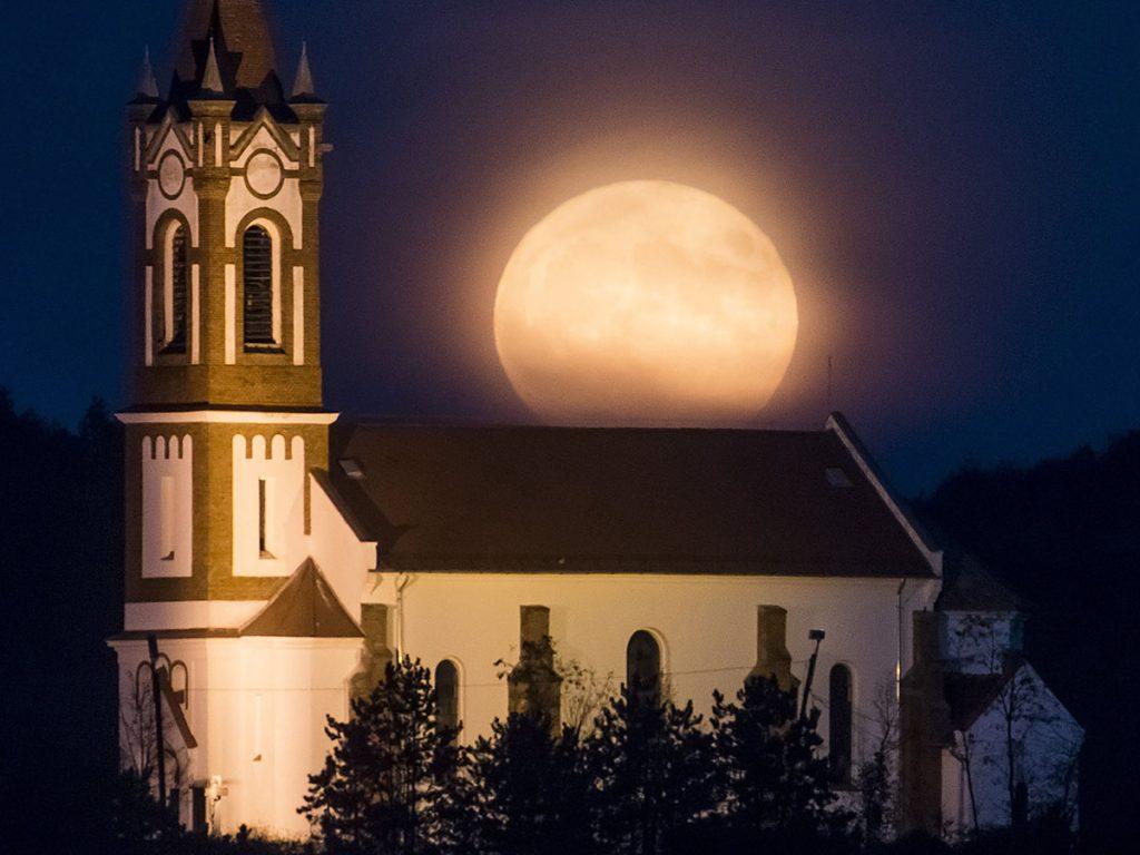 Sóshartyán, 2016. november 14.A telihold látszik a sóshartyáni Jézus Szíve római katolikus templom felett 2016. november 14-én.MTI Fotó: Komka Péter