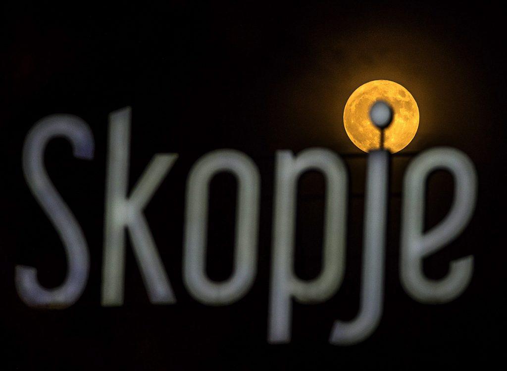 Szkopje, 2016. november 14.Közeli telihold, úgy nevezett szuperhold egy bevásárlóközpont felirata mögött 2016. november 14-én. Legutóbb 1948-ban volt, és legközelebb 2034. november 25-én lesz újra ennyire közel a Hold a Földhöz, mint ezen a napon. (MTI/EPA/Georgi Licovszki)