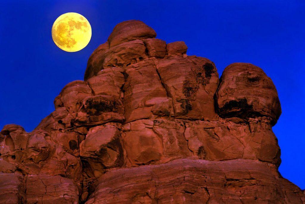 Moapa Valley, 2016. november 15.A 2016. november 15-én közreadott képen a Hold világít a nevadai sivatag sziklái felett a Clark megyei Moapa Valley közelében 2016. november 13-án. Legutóbb 1948-ban volt, és legközelebb 2034. november 25-én lesz újra ennyire közel a Hold a Földhöz, mint november 14-én éjjel. (MTI/AP/Las Vegas Sun/L.E. Baskow)