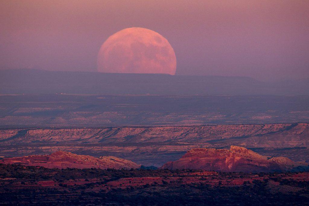 Utah, 2016. november 14.Közeli telihold, úgy nevezett szuperhold emelkedik a horizonton a Grand Canyonban 2016. november 14-én. Legutóbb 1948-ban volt, és legközelebb 2034. november 25-én lesz újra ennyire közel a Hold a Földhöz, mint ezen a napon. (MTI/EPA/Jim Lo Scalzo)