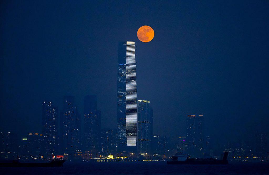 Hongkong, 2016. november 14.Közeli telihold, úgy nevezett szuperhold Hongkong felett a Viktória kikötőből nézve 2016. november 14-én. Legutóbb 1948-ban volt, és legközelebb 2034. november 25-én lesz újra ennyire közel a Hold a Földhöz, mint ezen a napon. (MTI/AP/Cseung Kin)