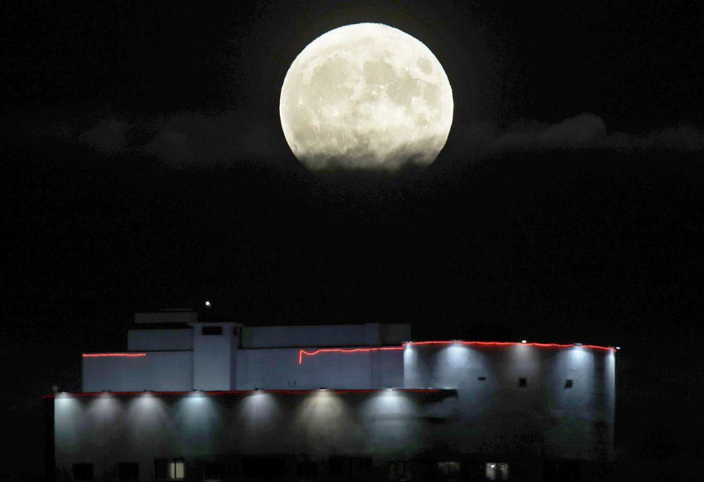 Minszk, 2016. november 14.Közeli telihold, úgy nevezett szuperhold Minszk felett 2016. november 14-én. Legutóbb 1948-ban volt, és legközelebb 2034. november 25-én lesz újra ennyire közel a Hold a Földhöz, mint ezen a napon. (MTI/AP/Szergej Gritz)