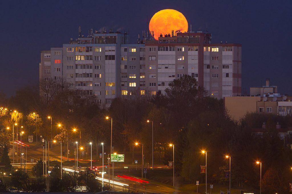 Nagykanizsa, 2016. november 14.Telihold Nagykanizsa felett 2016. november 14-én.MTI Fotó: Varga György