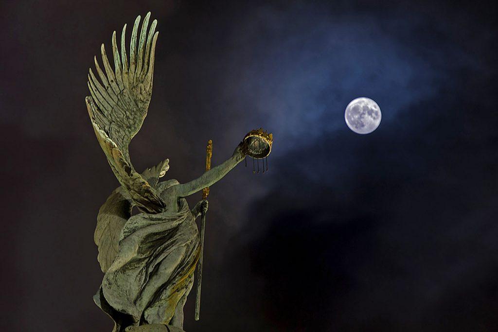 Budapest, 2016. november 15.Telihold, úgynevezett szuperhold Budapestről fotózva, a kép előterében a Hősök terén lévő Gábriel arkangyal szobra 2016. november 14-én. Legutóbb 1948-ban volt, és legközelebb 2034. november 25-én lesz újra ennyire közel a Hold a Földhöz, mint ezen a napon.MTI Fotó: Lakatos Péter