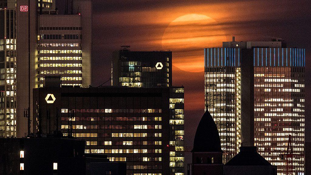 The 'supermoon' rises behind clouds in Frankfurt/Main, Germany, 14 November 2016. PHOTO: BORIS ROESSLER/dpa