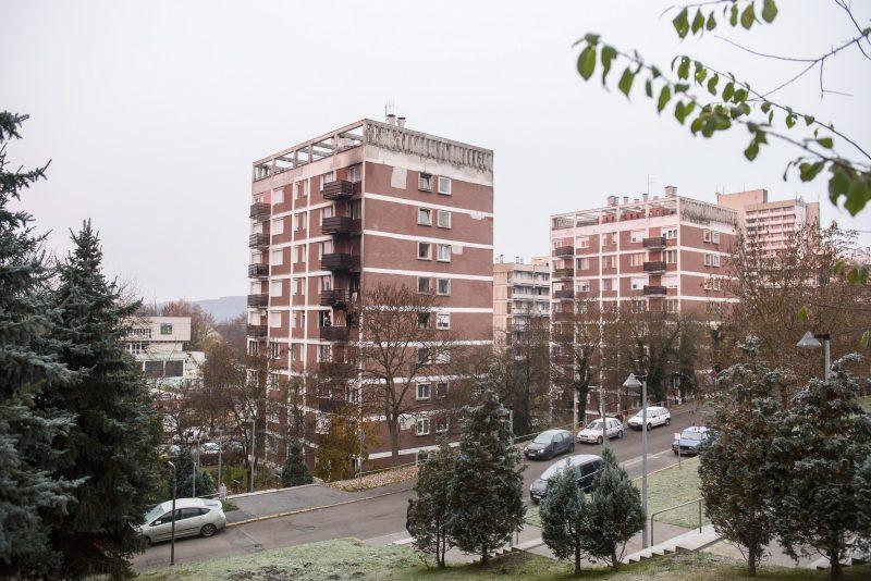 Salgótarján, 2016. november 10. Társasház Salgótarjánban, ahol tûz ütött ki egy negyedik emeleti lakásban 2016. november 10-re virradó éjjel. A lángok a felette lévõ lakásokra is átterjedtek, a tûz miatt az épületbõl harminckét embert menekítettek ki a tûzoltók. MTI Fotó: Komka Péter