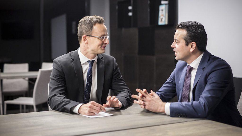 Riga, 2016. november 5. A Külgazdasági és Külügyminisztérium (KKM) által közreadott képen Szijjártó Péter külgazdasági és külügyminiszter (b) és Nikola Poposki macedón külügyminiszter megbeszélést folytat a Kína-Kelet-Közép-Európa csúcstalálkozó előtt Rigában 2016. november 5-én. MTI Fotó: Szecsődi Balázs