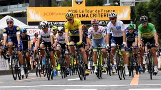British cyclist Chris Froome of Team Sky (C-in yellow) leads the pack right at the start of the 2016 Tour de France Saitama Criterium in Saitama on October 29, 2016. / AFP PHOTO / TOSHIFUMI KITAMURA