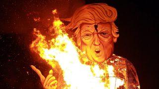 Edenbridge, 2016. november 6.Elégetik a Donald Trump republikánus párti elnökjelöltet ábrázoló gúnyfigurát a demokrata párti riválisának, Hillary Clintonnak a fejével a kezében az angliai Edenbridge-ben rendezett hagyományos tűzfesztiválon 2016. november 5-én. (MTI/EPA/Sean Dempsey)