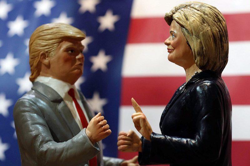 Nápoly, 2016. október 18.Donald Trump republikánus párti (b) és Hillary Clinton demokrata párti amerikai elnökjelöltet ábrázoló szobrocskák a nápolyi San Gregorio Armeno utcának, a betlehemi jászolokat árusító boltok utcájának egyik üzletében 2016. október 18-án. Az elnökválasztást november 8-án tartják az Egyesült Államokban. (MTI/EPA/Cesare Abbate)