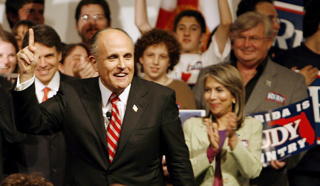 Miami, 2008. január 29. A Republikánus Párt elnökjelöltségére pályázó Rudy GIULIANI volt New York-i polgármester támogatói körében egy nagygyűlésen Miamiban 2008. január 28-án.  Floridában január 29-én tartanak előválasztást  az elnökjelöltek kiválasztására. (MTI/EPA/Robert Sullivan)