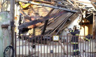 Budapest, 2016. november 22. Tûzoltók dolgoznak egy megrongálódott családi háznál a IV. kerületi Kálvin János utcában 2016. november 22-én, miután az épületben nagy erejû robbanás történt. A robbanás következtében a 70 négyzetméteres ház teteje leszakadt, több fala kidõlt és több környezõ épület ablaka is betört. Egy ember súlyosan, életveszélyesen megsérült. MTI Fotó: Mihádák Zoltán