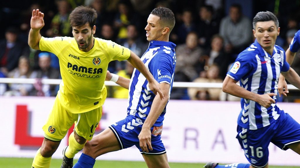 Villarreal's midfielder Manu Trigueros (L) vies with Deportivo Alaves' Moroccan defender Zouhair Feddal during the Spanish league football match Villarreal CF vs Deportivo Alaves at El Madrigal stadium in Vila-real on November 27, 2016. / AFP PHOTO / JOSE JORDAN