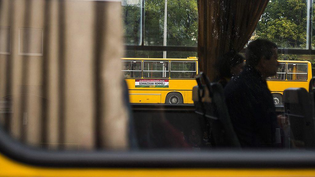 Nyíregyháza, 2016. szeptember 22.Az október 2-i kvótareferendumon a nem szavazatokra ösztönző matrica az Észak-magyarországi Közlekedési Központ Zrt. autóbuszán Nyíregyházán 2016. szeptember 22-én. Október 2-án lesz a nem magyar állampolgárok Magyarországra történő kötelező betelepítésével kapcsolatban kiírt népszavazás (kvótareferendum).MTI Fotó: Balázs Attila