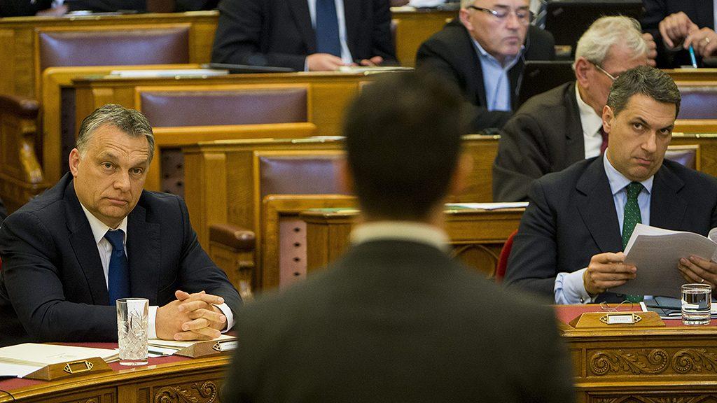 Budapest, 2016. április 11.Orbán Viktor miniszterelnök (b) hallgatja a Jobbik frakcióvezetője, Vona Gábor (az előtérben) azonnali kérdését válaszol az Országgyűlés plenáris ülésén 2016. április 11-én. Jobbról Lázár János, a Miniszterelnökséget vezető miniszter.MTI Fotó: Illyés Tibor