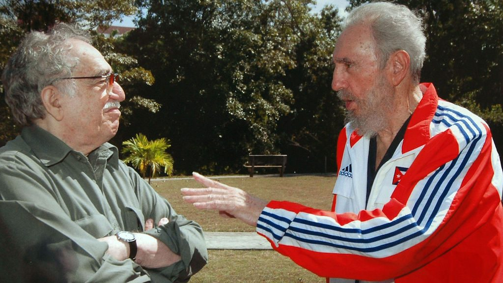(FILES) This handout photo taken on March 12, 2007 in Havana and released by El Tiempo on March 20, 2007 shows Cuban President Fidel Castro talking to Colombian Nobel Prize Gabriel Garcia Marquez.  Cuban revolutionary icon Fidel Castro died late on November 25, 2016 in Havana, his brother announced on national television. / AFP PHOTO / EL TIEMPO / HO