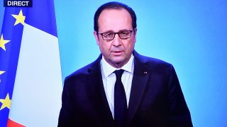 A photo taken on December 1, 2016 in Paris, shows a TV screen displaying French President Francois Hollande delivering an official statement at the Elysee Palace.   France's Hollande said on December 1, 2016 he will not stand for re-election. / AFP PHOTO / OLIVIER MORIN