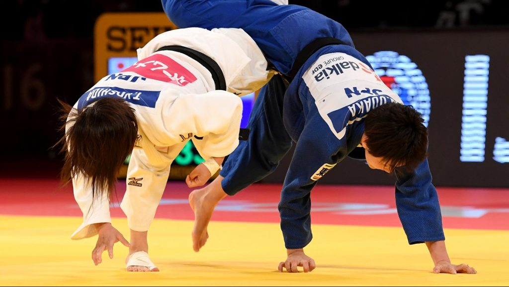 Japan's Nae Udaka (R) competes with Tsukasa Yoshida (L) during their women's under 57-kilogram gold medal match at the Judo Grand Slam tournament in Tokyo on December 2, 2016. / AFP PHOTO / TOSHIFUMI KITAMURA