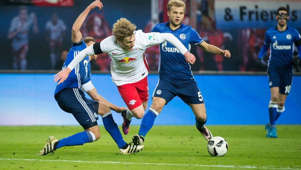 Leipzig's Swedish midfielder Emil Forsberg (C) and Schalke's midfielder Johannes Geis (R) vie for the ball during the German first division Bundesliga football match between RB Leipzig and Schalke 04 in Leipzig, eastern Germany on December 3, 2016.  / AFP PHOTO / JENS SCHLUTER / RESTRICTIONS: DURING MATCH TIME: DFL RULES TO LIMIT THE ONLINE USAGE TO 15 PICTURES PER MATCH AND FORBID IMAGE SEQUENCES TO SIMULATE VIDEO. == RESTRICTED TO EDITORIAL USE == FOR FURTHER QUERIES PLEASE CONTACT DFL DIRECTLY AT + 49 69 650050  / RESTRICTIONS: DURING MATCH TIME: DFL RULES TO LIMIT THE ONLINE USAGE TO 15 PICTURES PER MATCH AND FORBID IMAGE SEQUENCES TO SIMULATE VIDEO. == RESTRICTED TO EDITORIAL USE == FOR FURTHER QUERIES PLEASE CONTACT DFL DIRECTLY AT + 49 69 650050