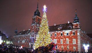 People visit the Christmas tree and lights decoration at the Royal Castle in Warsaw, Poland on December 3, 2016. / AFP PHOTO / JANEK SKARZYNSKI