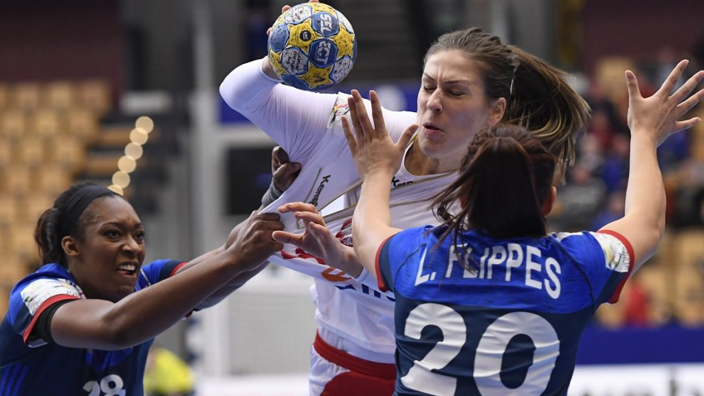 Poland's Alina Wojtas (C) vies with France's Marie Paule Gnabouyou (L) and Laura Flippes during the Women's European Handball Championship Group B match between France and Poland in Kristianstad, Sweden on December 4, 2016. / AFP PHOTO / JONATHAN NACKSTRAND