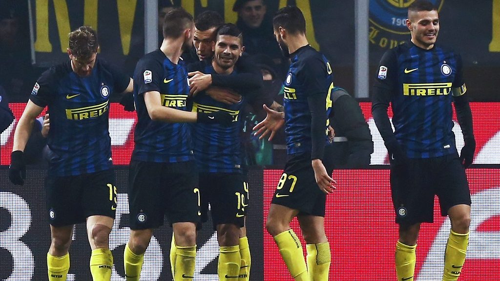 Inter Milan's midfielder Ever Banega of Argentina (3rd L) celebrates with teammates after scoring a goal during the Italian Serie A football match between Inter Milan and Lazio on December 21, 2016 at the 'San Siro Stadium' in Milan. / AFP PHOTO / MARCO BERTORELLO