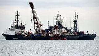 Rescue vessels search the Black Sea outside Sochi, on December 28, 2016,  three days after a military plane carrying 92 people, including dozens of members of the Red Army Choir, crashed in the Black Sea. Russian rescuers working round the clock have found the main black box from the Syria-bound military plane that crashed into the Black Sea with 92 people on board, authorities said on December 27, 2016. The discovery of the black box comes as searchers scramble to recover bodies and remaining debris from the aircraft in an operation involving divers, deepwater machines, helicopters and drones. The Tu-154 jet, whose passengers included more than 60 members of the internationally renowned Red Army Choir, was heading to Russia's military airbase in Syria on December 25 when it went down off the coast of Sochi shortly after take-off from a refuelling stop at the airport. / AFP PHOTO / VASILY MAXIMOV
