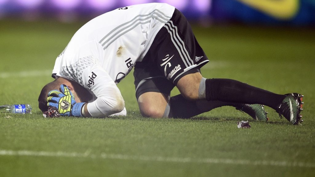 Lyon's Portuguese goalkeeper Anthony Lopes reacts after a firecracker exploded beside him during the French L1 football match between Metz (FCM) and Lyon (OL) on December 3, 2016 at Saint Symphorien stadium in Longeville-Les-Metz, eastern France / AFP PHOTO / JEAN-CHRISTOPHE VERHAEGEN