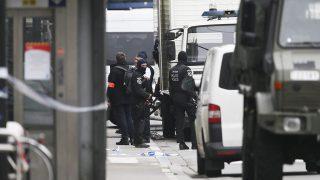 Brüsszel, 2016. június 21.Gépfegyveres belga katonák és rendőrök a City 2 bevásárlóközpontnál Brüsszel belvárosában 2016. június 21-én. A bevásárlóközpontot bombariadó miatt lezárták, a merényleteteknél használt robbanóövhöz hasonló szerkezetet viselő feltétezett gyanúsítottat elfogták.  (MTI/EPA/Olivier Hoslet)