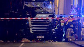 Berlin, 2016. december 19.Teherautó mellett mentők és tűzoltók egy berlini karácsonyi vásárban 2016. december 19-én, miután a jármű a vásárlók közé hajtott. Legalább kilenc ember életét vesztette, sokan megsebesültek. (MTI/EPA/Paul Zinken)