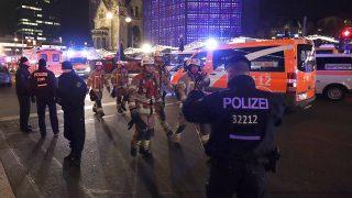 Berlin, 2016. december 19.Rendőrök és tűzoltók egy berlini karácsonyi vásár előtt 2016. december 19-én, miután egy teherautó a vásárlók közé hajtott. Legalább kilenc ember életét vesztette, sokan megsebesültek. (MTI/AP/Michael Sohn)
