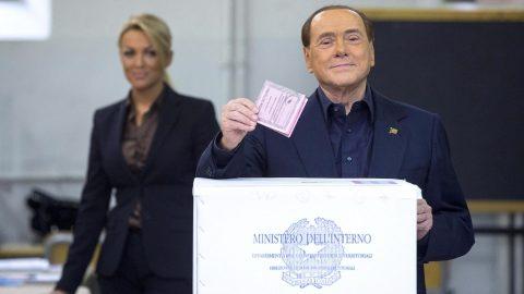 Róma, 2016. december 4. Silvio Berlusconi volt olasz miniszterelnök, az ellenzéki jobbközép Forza Italia (Hajrá Olaszország) párt vezetõje szavazóurnába dobja voksát egy római szavazóhelyiségben 2016. december 4-én, az olasz törvényhozási rendszer átalakításáról szóló alkotmányos népszavazáson. (MTI/EPA/Angelo Carconi)