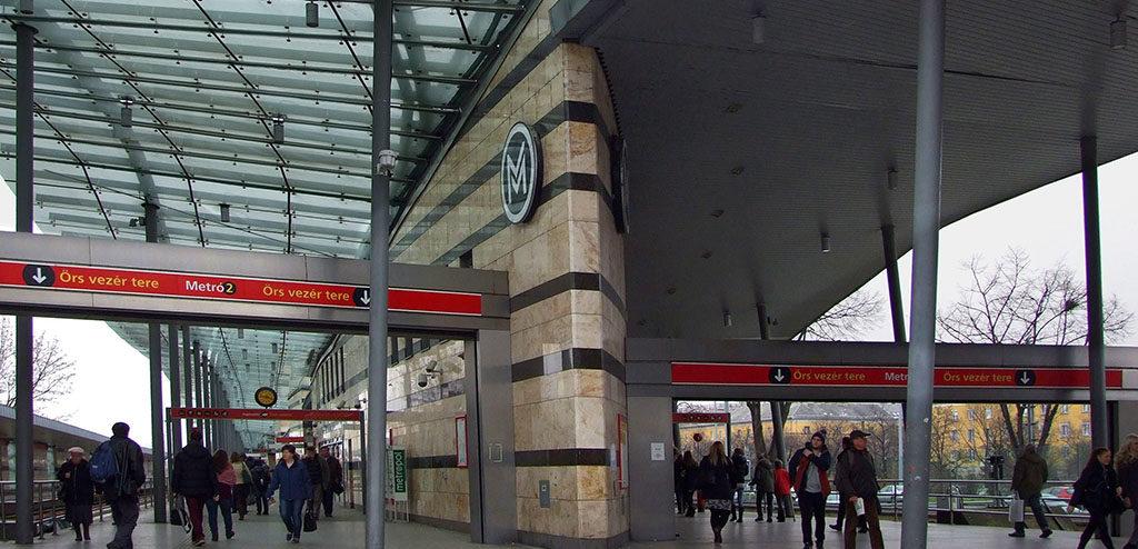 Budapest, 2016. február 18.Utasok hagyják el a BKK-BKV 2-es metróvonalának modern végállomás-épületét a főváros X. kerületében, az Örs vezér terén.MTVA/Bizományosi: Jászai Csaba ***************************Kedves Felhasználó!Ez a fotó nem a Duna Médiaszolgáltató Zrt./MTI által készített és kiadott fényképfelvétel, így harmadik személy által támasztott bárminemű – különösen szerzői jogi, szomszédos jogi és személyiségi jogi – igényért a fotó készítője közvetlenül maga áll helyt, az MTVA felelőssége e körben kizárt.
