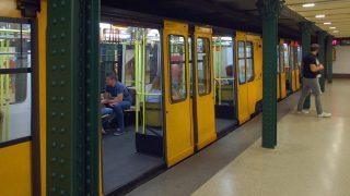 """Budapest, 2015. július 14. A BKK-BKV 1-es metró vonalának (korábbi, népszerûbb nevén a Budapesti Millenniumi Földalatti Vasút) egyik szerelvénye megérkezik a Hõsök tere állomására. A budapesti """"kéregvasút"""" 1896. május 2-óta szolgálja a fõváros közösségi közlekedését. MTVA/Bizományosi: Jászai Csaba  *************************** Kedves Felhasználó! Ez a fotó nem a Duna Médiaszolgáltató Zrt./MTI által készített és kiadott fényképfelvétel, így harmadik személy által támasztott bárminemû – különösen szerzõi jogi, szomszédos jogi és személyiségi jogi – igényért a fotó készítõje közvetlenül maga áll helyt, az MTVA felelõssége e körben kizárt."""