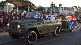 Santiago de Cuba, 2016. december 4. Gyászolók nézik a Fidel Castro volt kubai elnök hamvait a Santa Ifigenia temetõbe szállító katonai jármûvet Santiago de Cubában 2016. december 4-én, a temetés napján. A kubai kommunista forradalom vezetõje november 25-én, 90 éves korában hunyt el. (MTI/EPA/Orlando Barria)