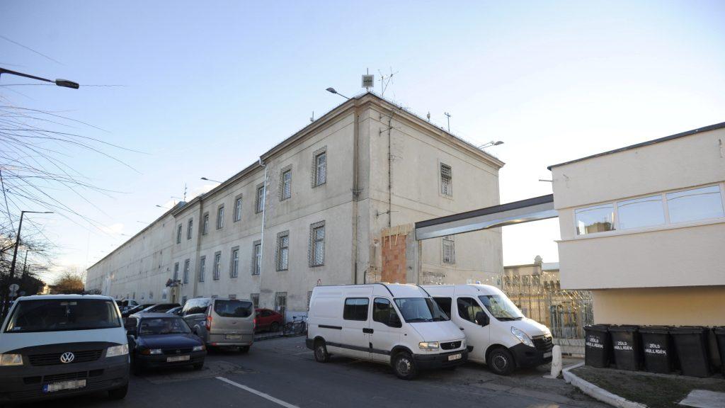 Vác, 2016. december 2. Furgonokkal torlaszolják el a Váci Fegyház és Börtön bejáratát, miután az erõs szél letépte az átépítés alatt álló kaput 2016. december 2-án. MTI Fotó: Mihádák Zoltán