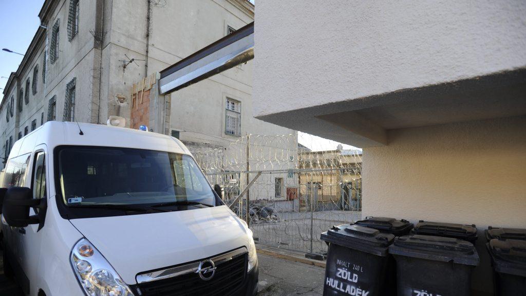 Vác, 2016. december 2. Furgonokkal torlaszolják el a Váci Fegyház és Börtön bejáratát, miután a szél letépte az átépítés alatt álló kaput 2016. december 2-án. MTI Fotó: Mihádák Zoltán