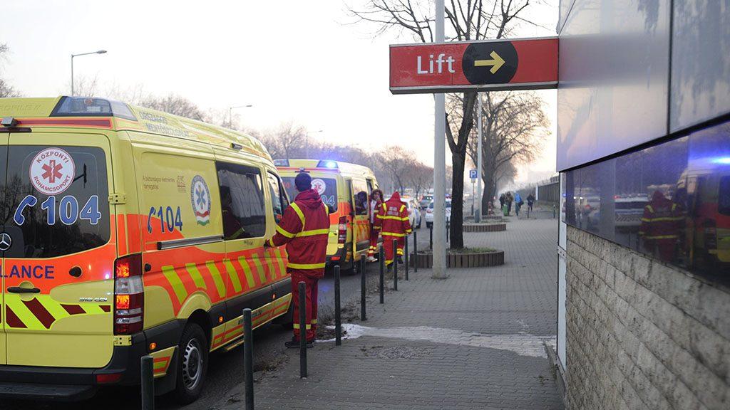 Budapest, 2016. december 5.Mentőautók a 2-es metró a Pillangó utcai megállójánál, ahol összeütközött két szerelvény 2016. december 5-én. A balesetben tízen megsérültek.MTI Fotó: Mihádák Zoltán