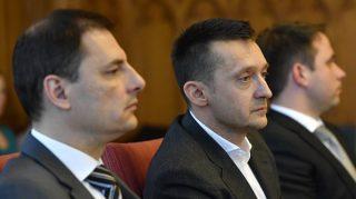 Budapest, 2016. december 1. Rogán Antal, a Miniszterelnöki Kabinetirodát vezetõ miniszter (k) éves meghallgatásán az Országgyûlés igazságügyi bizottságának ülésén az Országházban 2016. december 1-jén. Balról Tuzson Bence, a Miniszterelnöki Kabinetiroda kormányzati kommunikációért felelõs államtitkár, jobbról Dömötör Csaba, a Miniszterelnöki Kabinetiroda parlamenti államtitkára. MTI Fotó: Illyés Tibor