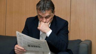 Budapest, 2012. március 30. Orbán Viktor miniszterelnök újságot olvas, mielõtt élõ adásban interjút ad a Magyar Rádió stúdiójában, az MR1-Kossuth Rádió 180 perc címû mûsorában. MTI Fotó: Koszticsák Szilárd
