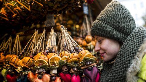 Budapest, 2016. november 11. Egy látogató a Budapesti Adventi és Karácsonyi Vásáron a Vörösmarty téren 2016. november 11-én. MTI Fotó: Marjai János